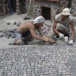Рабочие рисуют тротуарную плитку