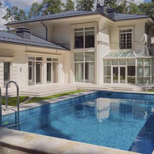 Дома с бассейнами продаются на 30% дороже